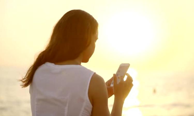Cellulare in spiaggia, quanto molesta? Le 5 regole di galateo digitale